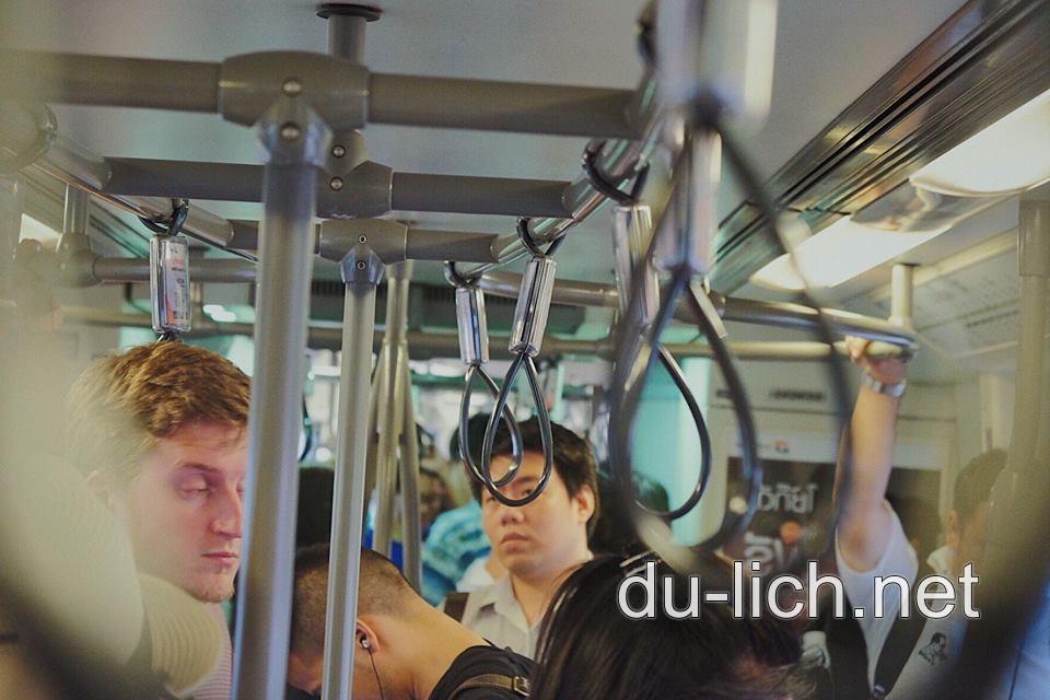Nhiều người dân Thái vẫn đi lại bằng xe bus