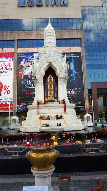 Изображение Алтаря Эраван на улице Бангкока, Тайланд