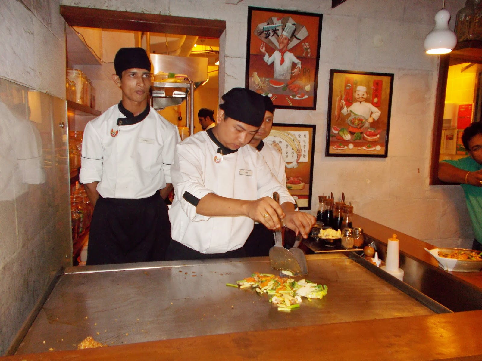 ca57766e6d6e So what is Teppanyaki  Teppanyaki is a Japanese cooking style that uses an  iron griddle to cook food. The word teppanyaki is derived from teppan