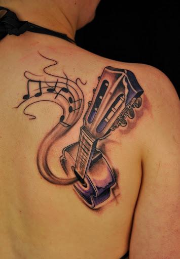 A música de guitarra desenho de tatuagem para as mulheres