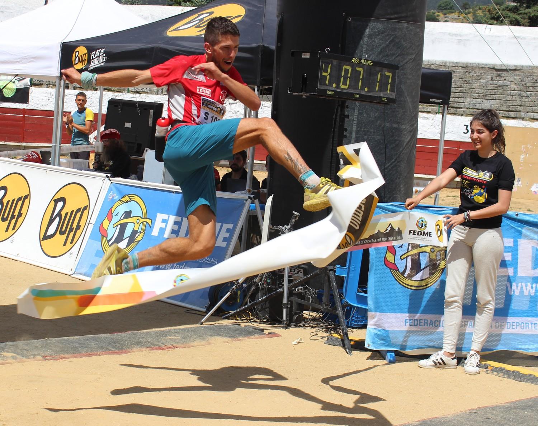Manuel Merillas celebra el triunfo en el Maratón Alpino en 2016. /TRAILCYL