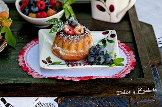 Mini Bundt Cake de Leche Condensada, Chocolate Blanco y Frambuesas