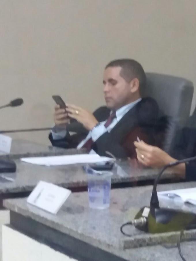 """""""VACAS MAGRAS"""": Sem força política, Mário Assunção apela ao celular durante sessão na Câmara"""
