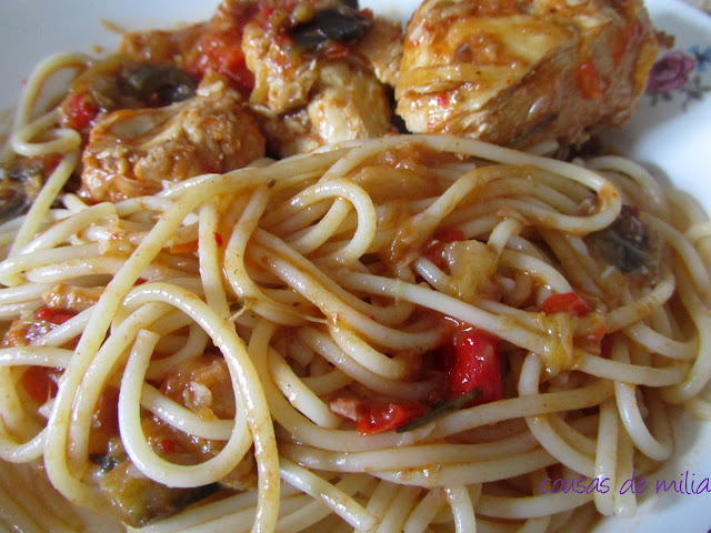 Pollo con verduras y espaguetis
