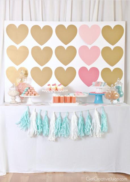 mesa con decoracion de corazones en tonos pastel
