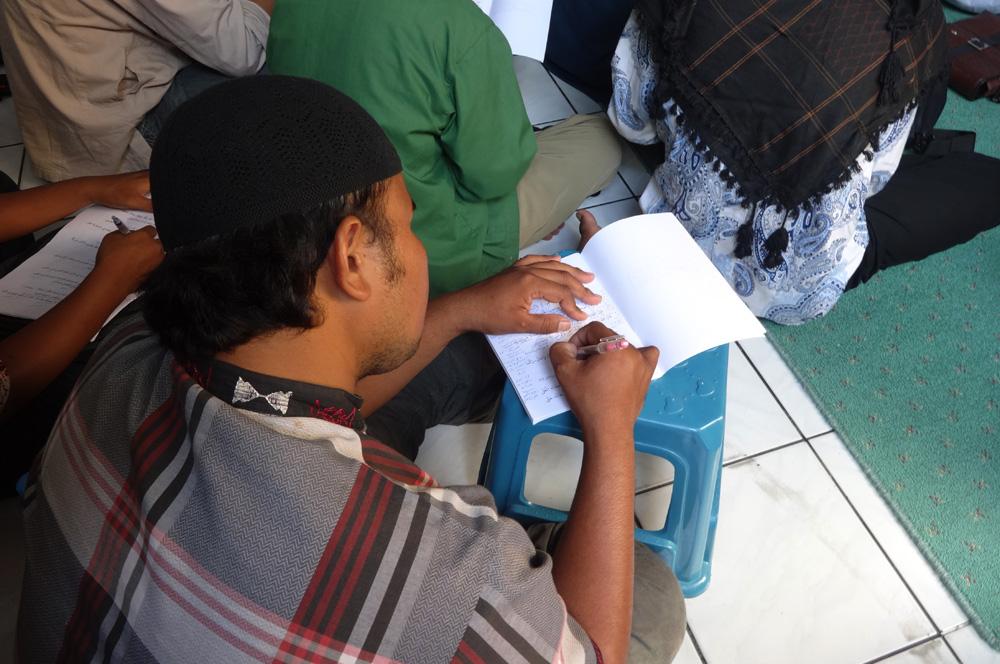 Salah satu peserta pengajian Asmaillahi Al Husna di Masjid Nurul Iman Balikpapan, Sabtu (2/4). Foto: LINES