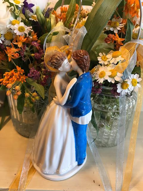 Cake Topper zwei Bräute, blauer Anzug Bunte Wiesenblumenhochzeit im Riessersee Hotel Garmisch-Partenkirchen, heiraten in Bayern, zwei Bräute, Regenbogen