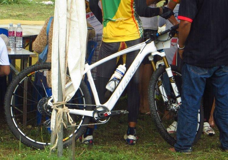 белый горный велосипед