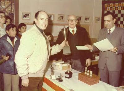 Josep Paredes Prats recogiendo uno de los trofeos del XII Torneig Obert Festa Major de Sant Andreu de Palomar 1983
