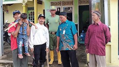 Ingin Punya Kenangan di TMMD, Unsur Pemerintahan Desa Foto Bersama