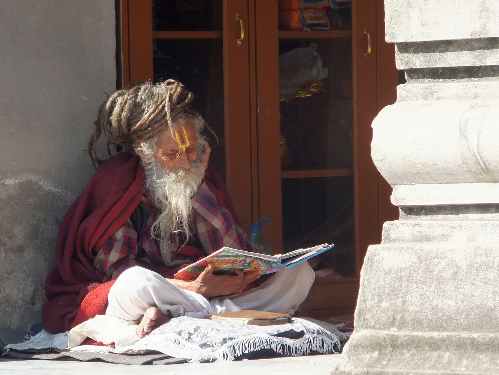 отшельник на территории храма Махабоди в Бодхгае