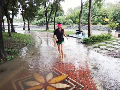 วิ่งตากฝนที่อุทยานมกุฏรมย์สราญ