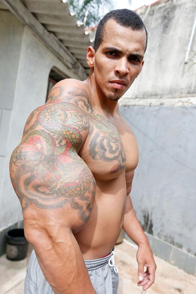 Romário dos Santos Alves exibe bíceps de 63 cm obtido com aplicações de Synthol. Foto: Pedro Ladeira/Barcroft