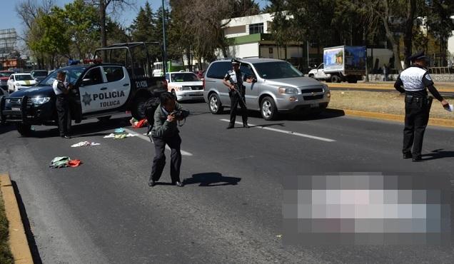 Camioneta y reporteros en Paseo Tollocan