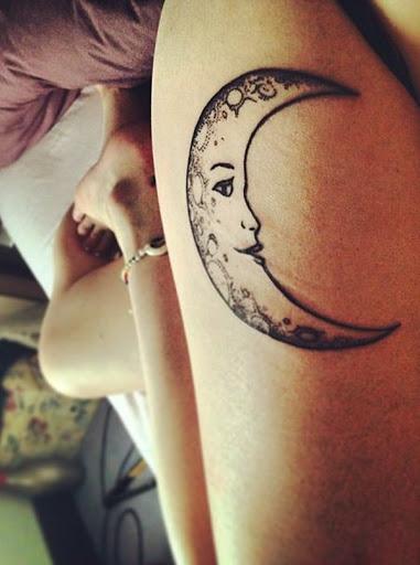 Uma personificação da lua crescente com qualidades femininas, é retratado em tinta preta sobre o portador da coxa.
