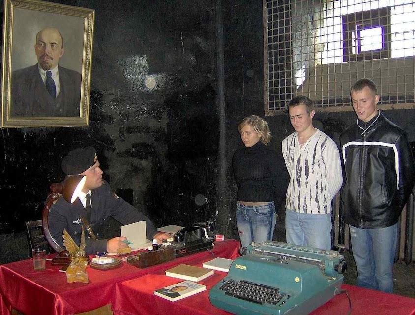 Hóspedes-prisioneiros recebidos no hotel-prisão de Karosta.