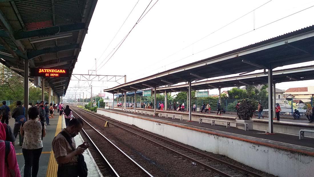 Suasana stasiun Depok Baru (Stadebar) di pagi hari di hari kerja saat berangkat kerja