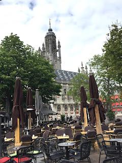 Vorne Marktplatz, hinten Rathaus Middelburg