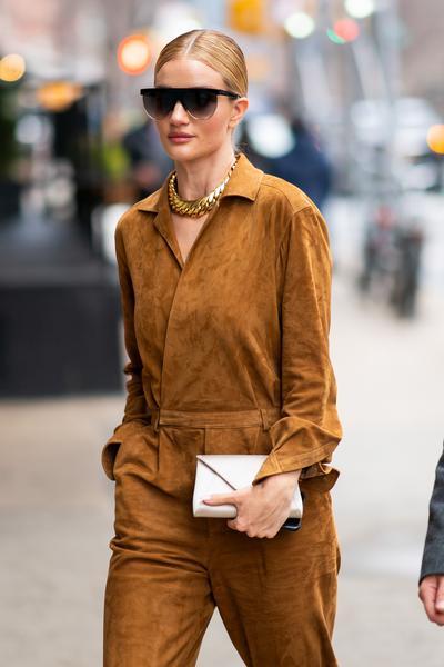 Rosie Huntington-Whiteley marcou presença na Semana de Moda de New York e o  look escolhido pela supermodelo britânica para prestigiar um dos desfiles fb6da1cb03c