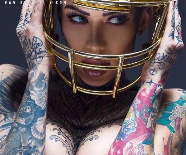 Chica tatuada protegiéndose con casco
