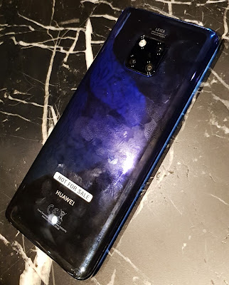 The HUAWEI Mate 20 Pro at a sneak preview. The Twilight colour looks almost black towards the bottom. The texture was clearly anti-slip.