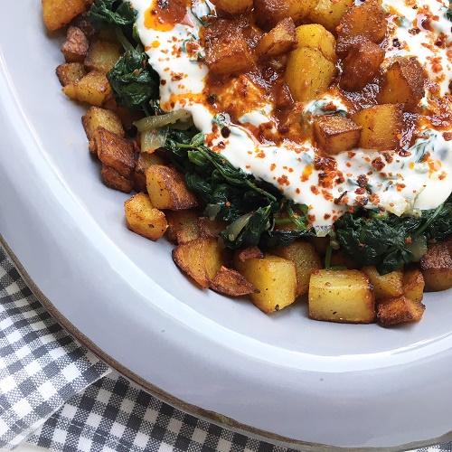 Schicht-Meze mit Kartoffeln, Spinat und Joghurt