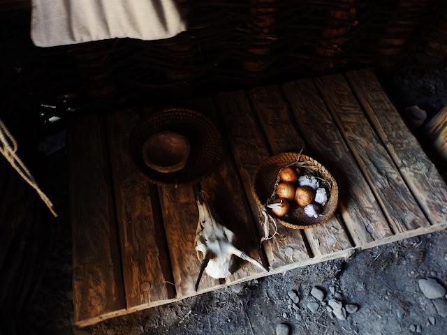 Na podłodze chaty znajdują się różne przedmioty