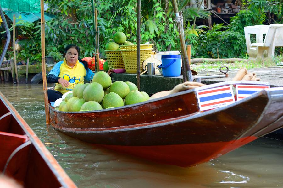 Owoce w Tajlandii, targ wodny w Damnoen Saduak