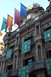 Con los ojos puestos en el reloj y los balcones del ayuntamiento pamplonés