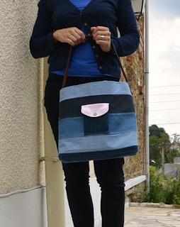 Sac à main rigide entièrement fait de matériaux recyclés, jeans de récup montés façon patchwork, ceinture cuir recyclé en anse et sertie par mes soins à l'aide de rivets, poche extérieur avec bouton pression, tissu intérieur coton ananas rose pale, poche intérieur en jeans.  Dimensions : 37 x 31 x 14 cm environ.