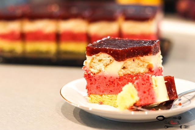 ciasta i desery, biszkopt z masą owocową i kremem śmietanowym, biszkopt z masą malinową, ciasto z malinami, ciasto z galaretką i malinami, ciasto z bitą śmietaną i owocami,