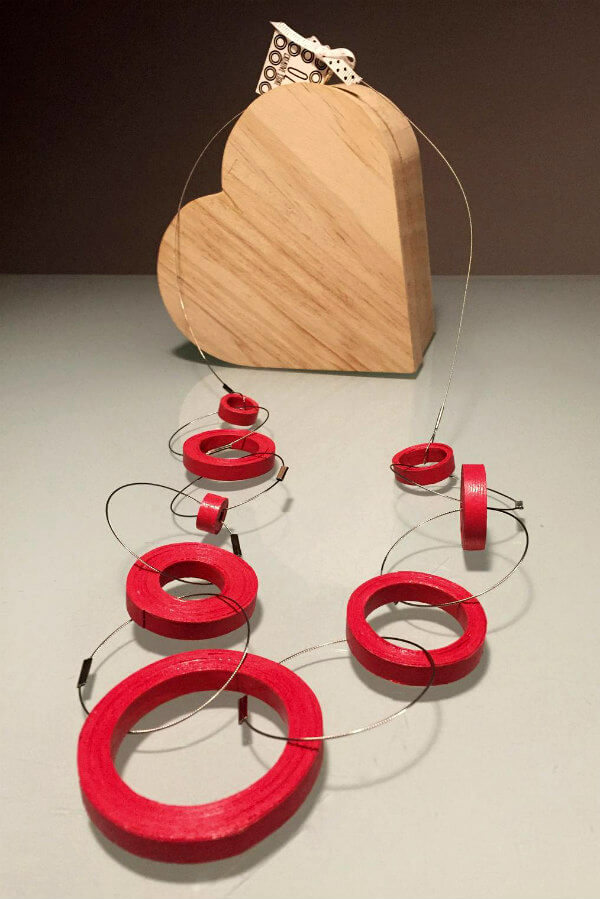 rolled red paper circles and flexible steel wire necklace