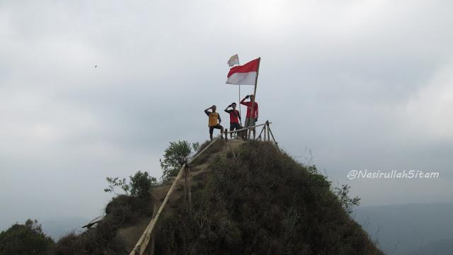 Pengibaran sang Saka Merah Putih di puncak Widosari