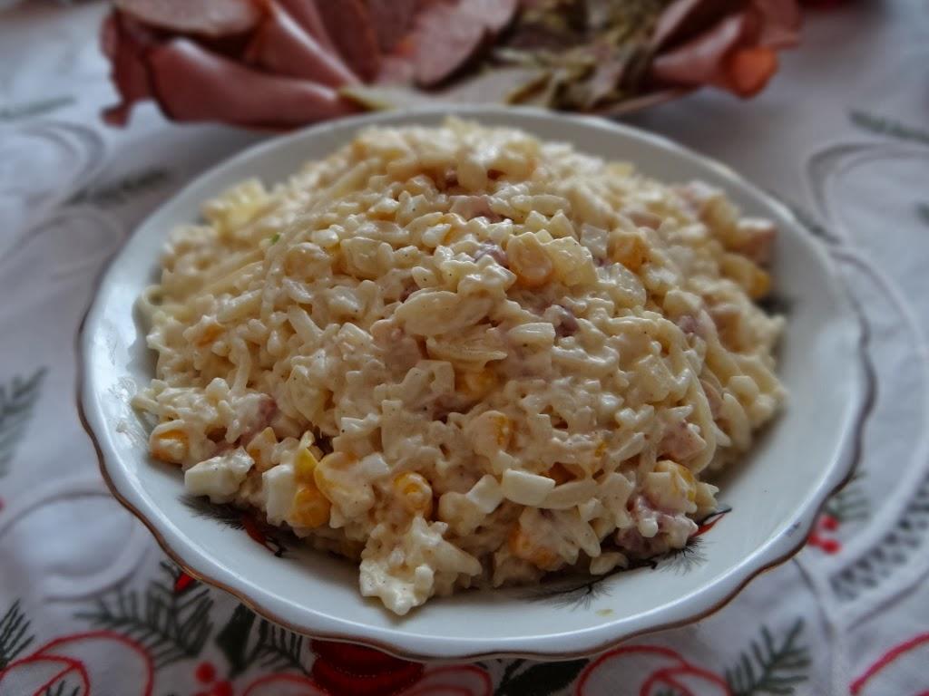 Sałatka z makaronu w kształcie ryżu