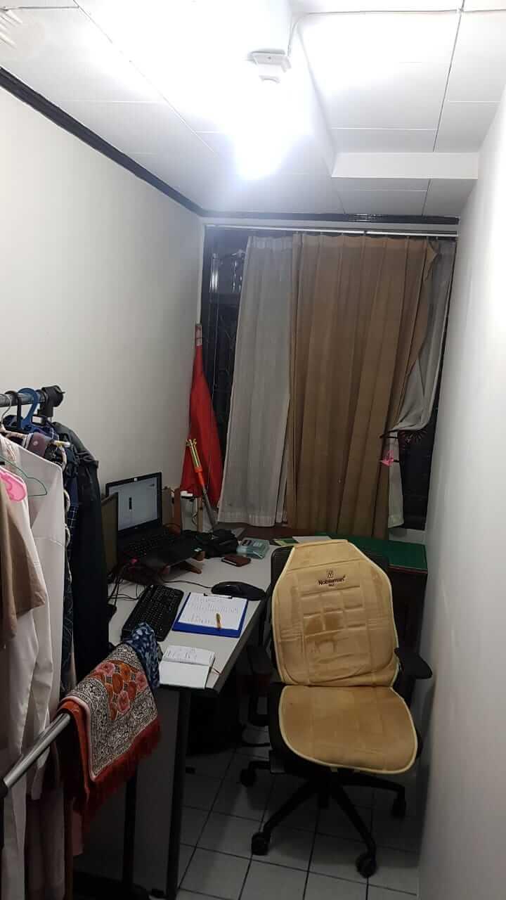 ruang tamu terbagi 2 bagian untuk ruang kerja