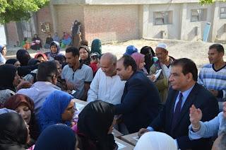 """توزيع 2000 كرتونة مواد غذائية """"تحيا مصر"""" بأسعار مخفضة بقرى مركز ديروط بأسيوط"""