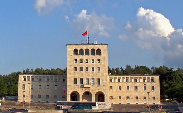 Όταν οι Έλληνες νέοι φεύγουν για σπουδές στην... Αλβανία