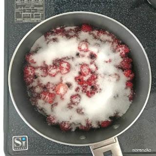 ジャム作り|ラズベリーに砂糖を加える