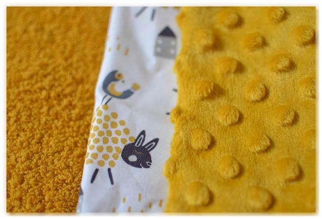 tissu éponge et minkee jaune moutarde assortis à du tissu blanc avec des moutons