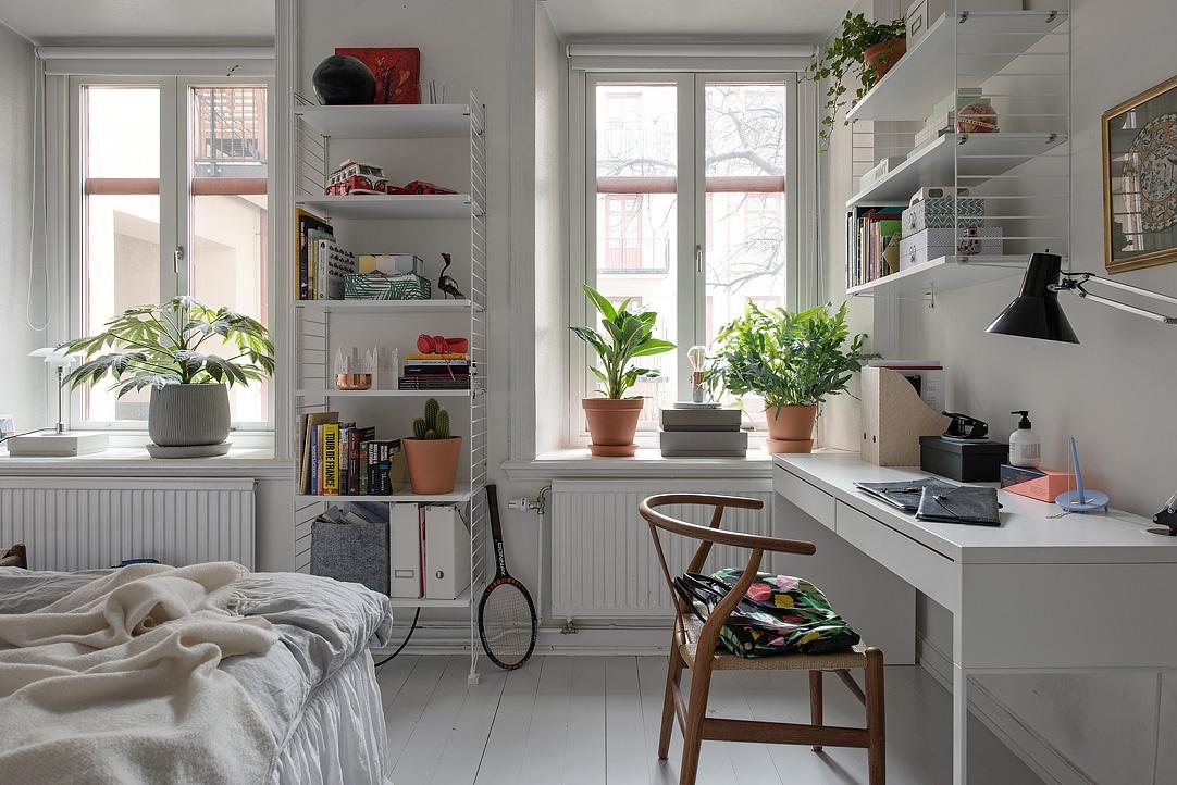 ikea, sypialnia w stylu skandynawskim, białe podłogi