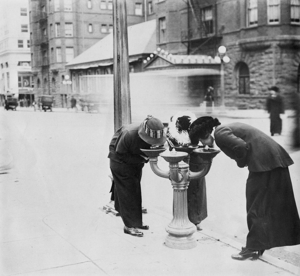 44 Rare Vintage Photos That Capture Street Scenes Of