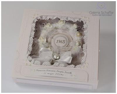 ładny biały rezent na komunię kartka w pudełku ozdobnym z okienkiem Prezent