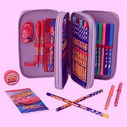 Imaginea unui penar cu cateva rechizite scolare