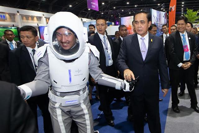 - มิวสเปซเปิดตัวชุดอวกาศแห่งอนาคต