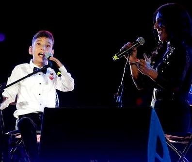 Foto de Adrián Martín Vega cantando en concierto