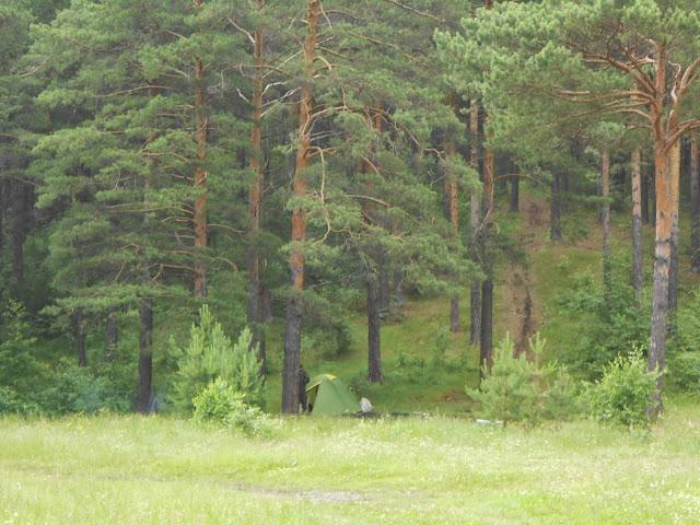 Палатки недалеко от родника Марьины слёзы