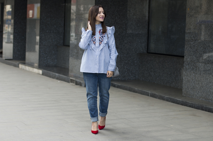 blugi boyfriend cu pantofi rosii