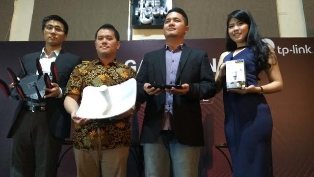 Country Director TP Link Indonesia Sterling Li, Marketing Manager TP Link Indonesia Biko Yoshia dan B2B Sales Manager TP Link Indonesia Tony memegang 4 rangkaian produk inovasi teknologi  terkoneksi  IoT (dok.windhu)
