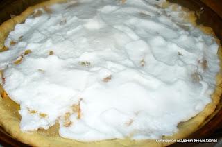 нанести на пирог безе