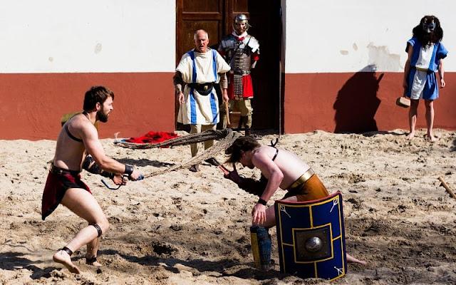 dua orang gladiator tengah bertanding di arena koloseum